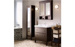 Roomy and traditional bathroom
